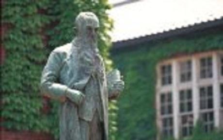 立教大学チャペルの前に立つ ウイリアムズ主教の銅像